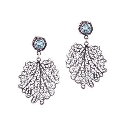 Yvone Christa – Small Oak Crown Örhängen, blå